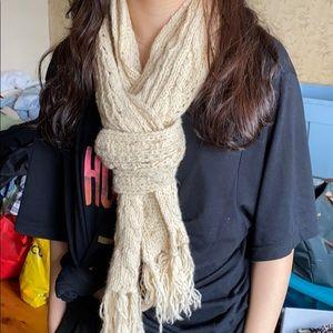 American Eagle cream chunky knit long winter scarf
